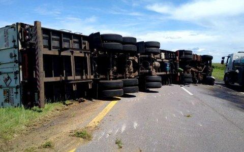 Impactante vuelco de un camión en Ruta 14 Un impactante accidente vial se produjo en Ruta 14, a la altura del Departamento Gualeguaychú. Mira toda la info!