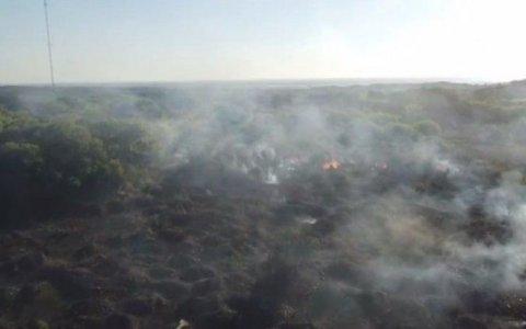Trabajan para apagar incendios de pastizales en Paraná y San Benito.